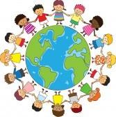 10207511-de-gelukkige-kinderen-houden-de-hand-met-globe
