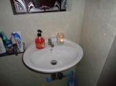 O, even geen stroom... Tanden poetsen bij kaarslicht is ook leuk!
