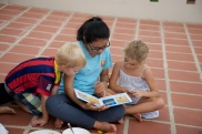 Voorlezen uit de Cambodjaanse kinderbijbel