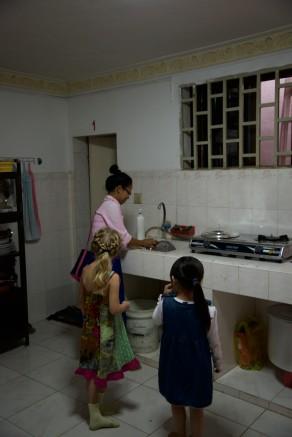 De kids helpen graag even mee met opruimen na afloop van de dienst.