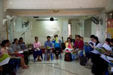 Er zijn veel studenten in de kerk.