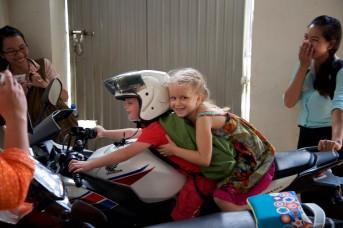 Na de dienst mogen de kids op de motor van een van de studenten! Super stoer natuurlijk!