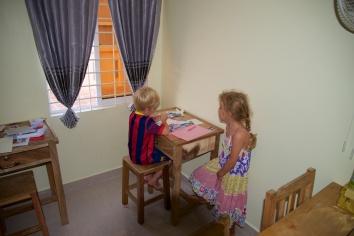 Joy en Micha zijn maar vast begonnen met de school.