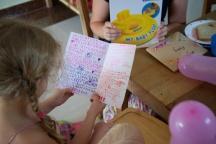 Joy maakte een boek voor Amy. Gelijk even voorgelezen natuurlijk.