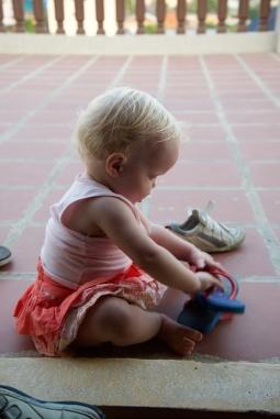 Even de slippers van m'n zus proberen.
