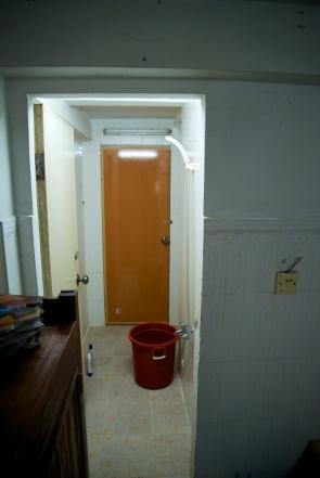 Onze badkamer, ehhm, nee geen warm water;-).