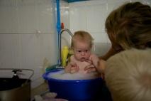 Amy's eerste keer in een tijdelijk badje:)