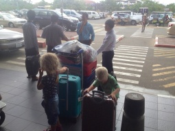 Daar staan we dan met z'n allen in Phnom Penh.