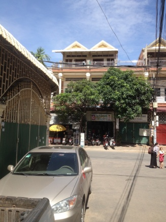 Ons huis is het 1e van links op de 1e verdieping - achter de linkerboom :)
