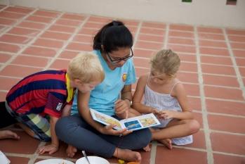 Voorlezen uit de Khmer-kinderbijbel